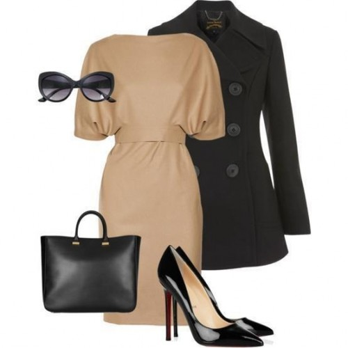 бежевое платье и черное пальто для офиса