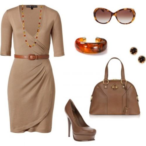бежевое платье и аксессуары для офиса