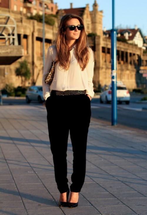 классический костюм для офиса белая блуза и черные брюки