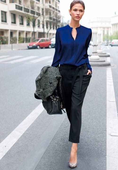 синяя блуза и черные брюки для офиса