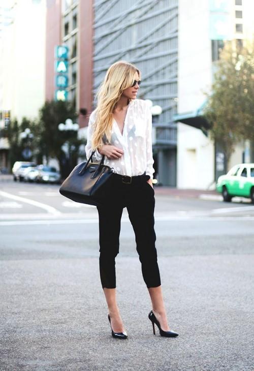 белая блуза с черными брюками для офиса