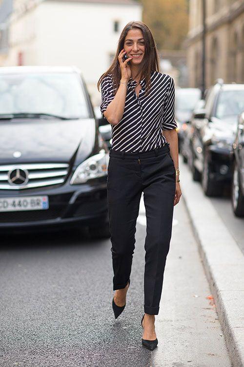 полосатая блуза и черные брюки для офиса