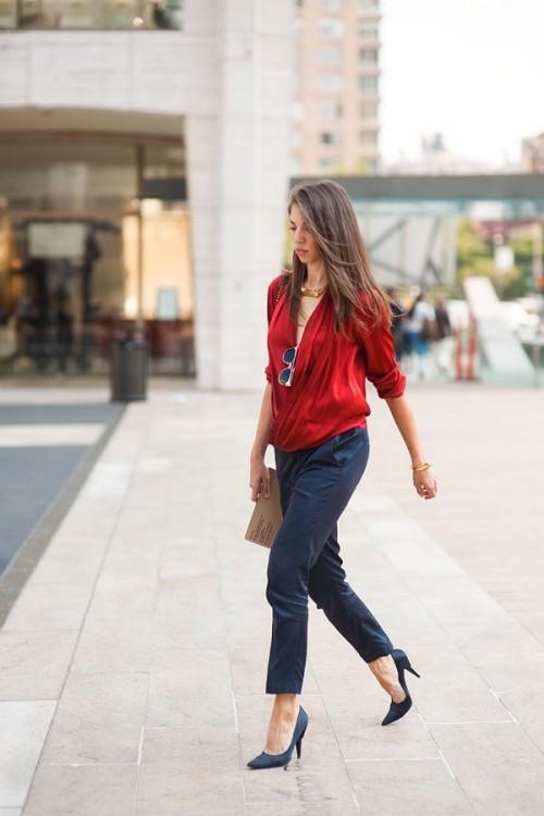 красная блуза с синими брюками для офиса
