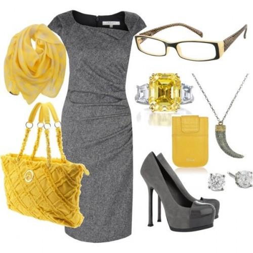 серое платье с желтыми аксессуарами для офиса
