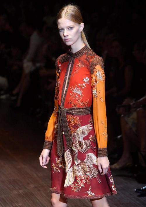 коллекция Gucci 2018 пестрое платье с поясом