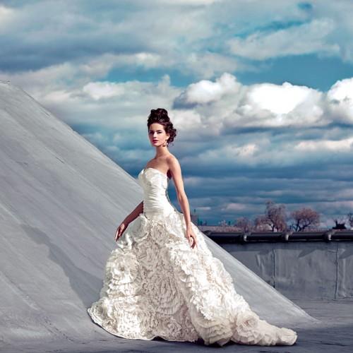 Свадебное платье с пышными цветами на юбке