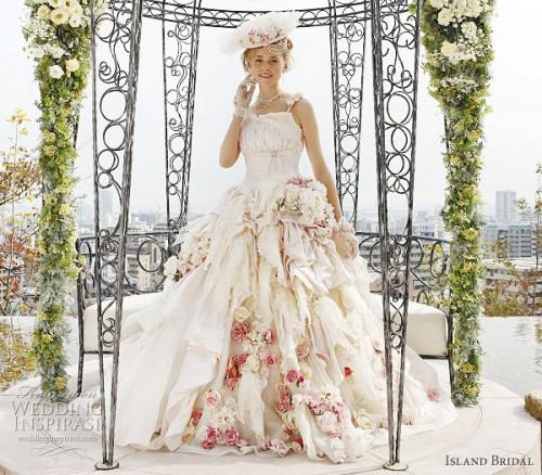 Свадебное платье  с множеством цветов