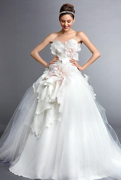 Свадебное платье с цветочной аппликацией