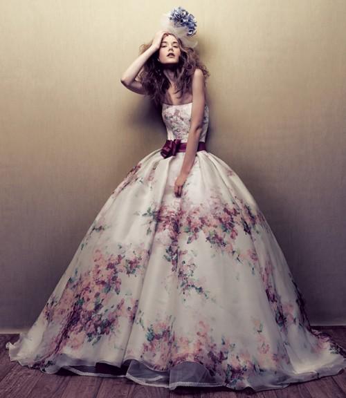 Свадебное платье с цветами в сиреневых тонах