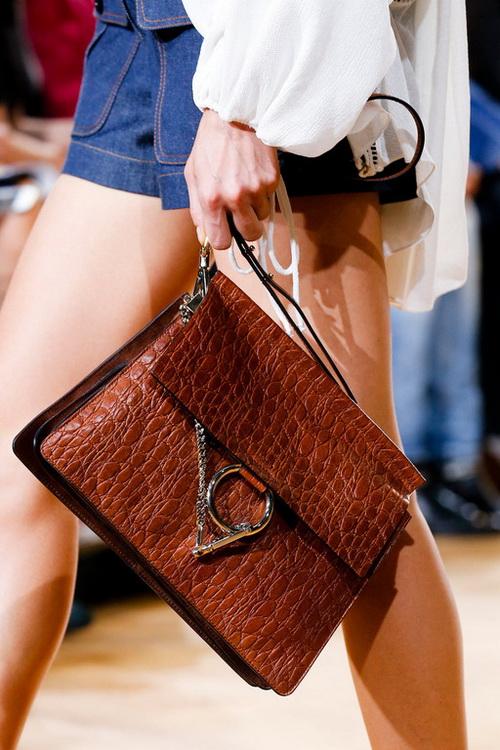 d888c274d2d6 Модные тенденции сумок весны-лета 2019 представлены большим разнообразием,  среди множества стильных аксессуаров каждая модница сможет подобрать для  себя ...
