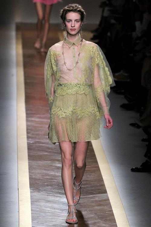 f07066a67bd Красивые нарядные модели этой модной женской одежды представлены также в  коллекциях Carolina Herrera