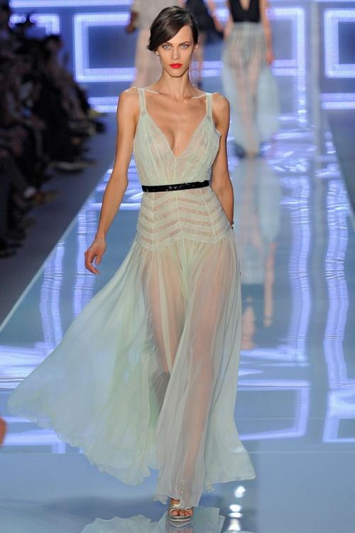 248a1afd7ec Фасоны летних платьев из шелка и шифона представлены в коллекциях  практически всех европейских ...
