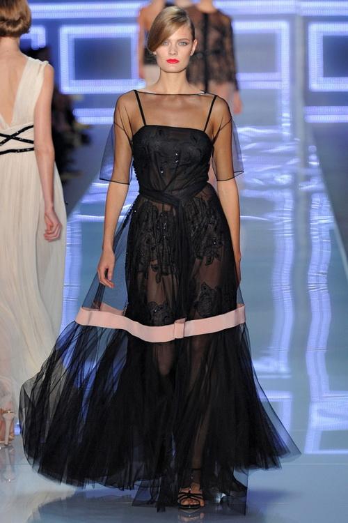0ce5b48c718 В коллекции популярного сегодня французского бренда Orna Farho присутствуют  модели летних платьев из шелка с широкой пышной юбкой в пол и плотно  облегающим ...