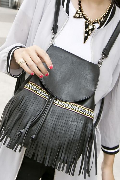 5f9d5fbf92ae Они с успехом конкурируют с традиционными дамскими сумками, привнося в  образы динамичности и свежести. Посмотрите на модные женские рюкзаки- 2019  на этих ...